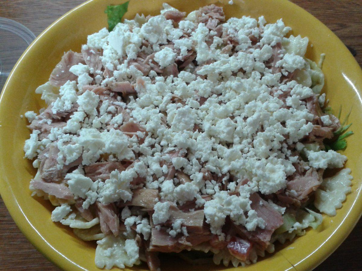Těstovinový salát s tuňákem a balkánským sýrem